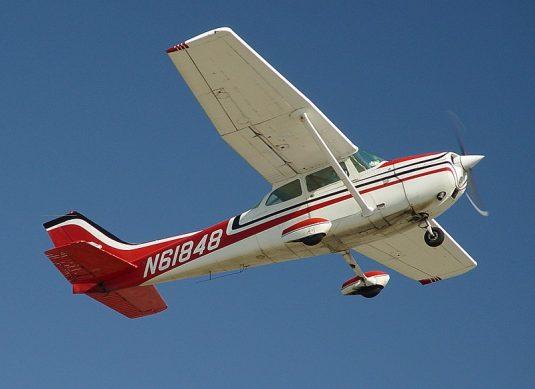 800px-Cessna172-CatalinaTakeOff